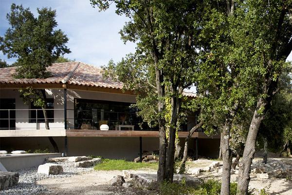 La maison entourée de chênes verts